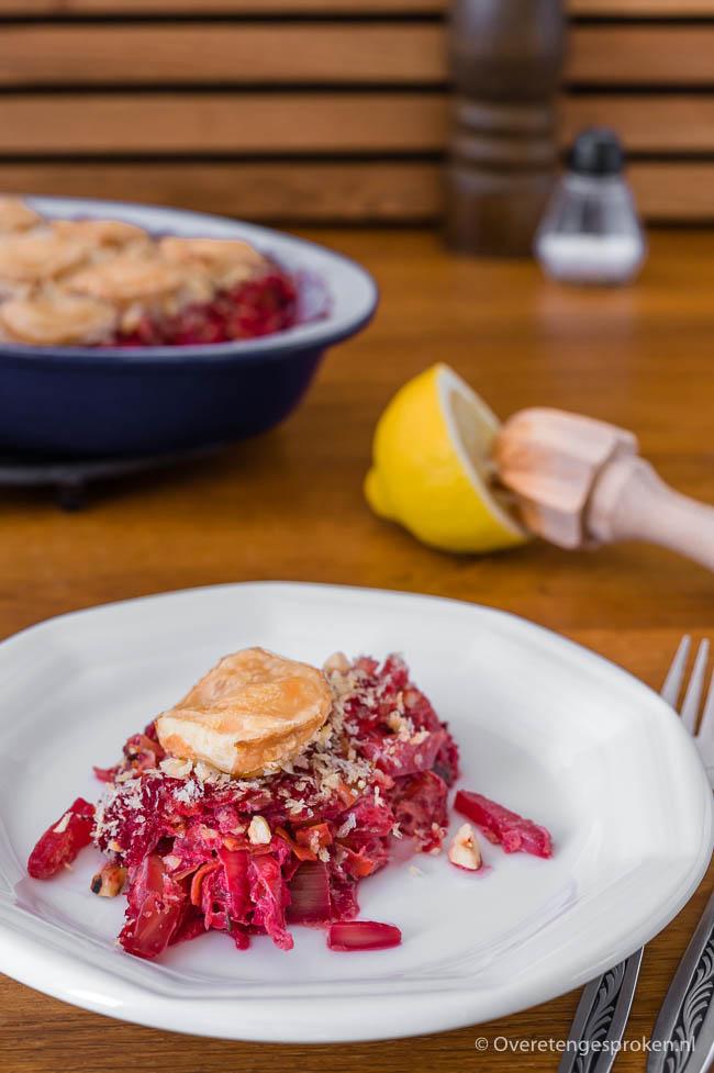 Gratin van bieten, prei, geitenkaas en hazelnoten - Verrassend smaakvolle groentegratin afgetopt met knapperige kaas, noten en een frisse toets van citroen.