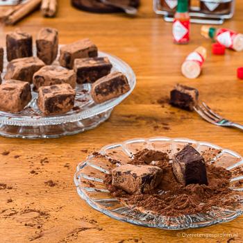 Truffels met tabasco, zwarte knoflook en kaneel - Licht spicy bonbons. Heerlijk zacht en romig met het lichte bittertje van pure chocolade.
