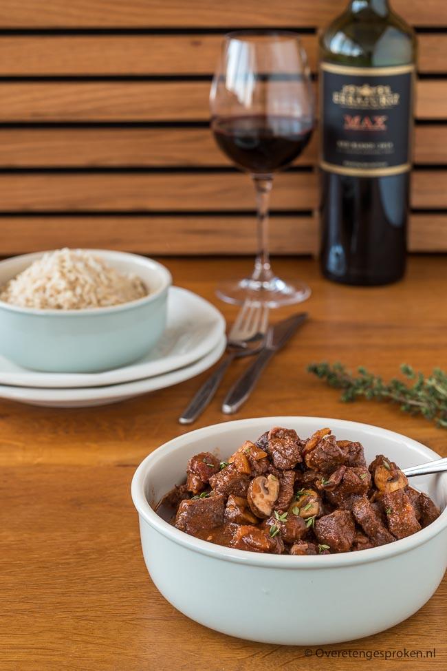 Boeuf bourguignon - Klassiek Frans stoofgerecht van rundvlees, rode wijn, spekjes, uien en champignons. Extra lekker met verse tijm en knoflook.