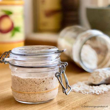 Wat is een desemstarter - Een desemstarter is een makkelijk zelf te maken natuurlijke gist om brood mee te bakken. In dit artikel lees je alle ins en outs.