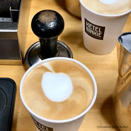 Latte art - Die mooie kunstwerkjes in het schuim van je cappuccino kan je ook zelf maken. In deze blogpost lees je hoe dat gaat en kan je zelf gaan oefenen.