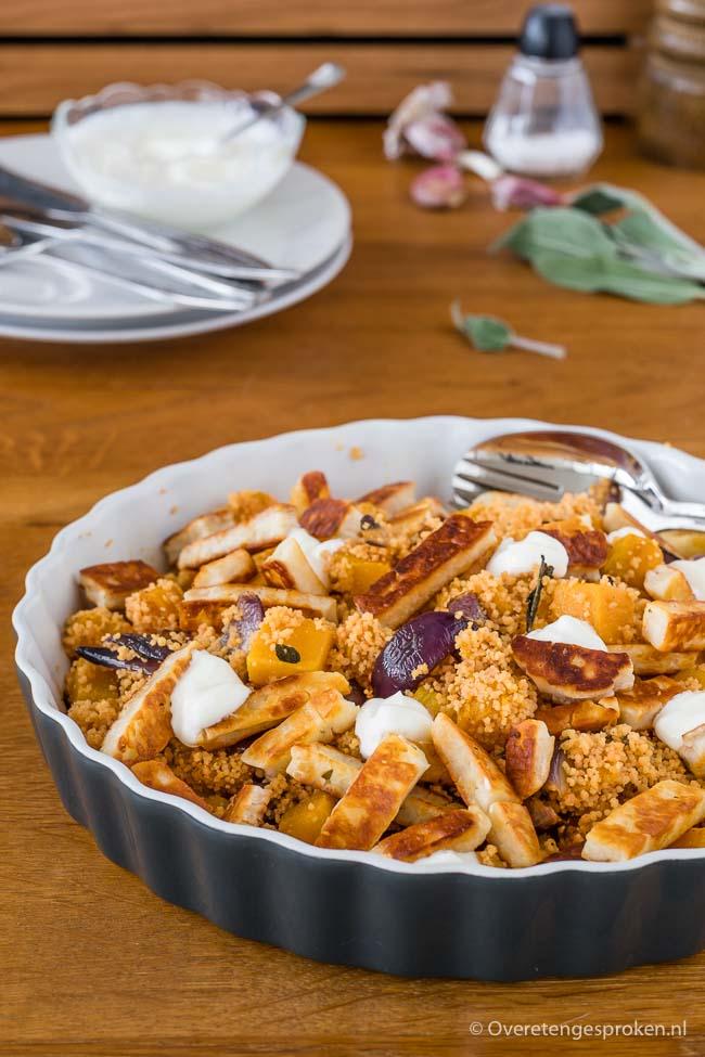 Linzen couscous met pompoen, salie en halloumi - Gezonde en voedzame maaltijd die makkelijk te preppen is. Extra lekker met wat knoflook yoghurt erbij.