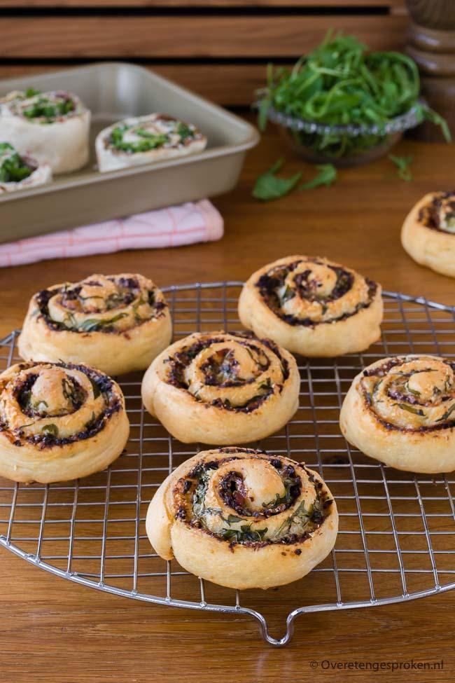Broodjes met tapenade, serranoham en kaas - Feestelijke broodjes met hartige vulling naar een recept van Levine van Doorne.
