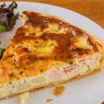 Aspergequiche - Knapperig bladerdeeg gevuld met een smaakvolle vulling van asperges, ham, ricotta en verse tuinkruiden. Onweerstaanbaar lekker.