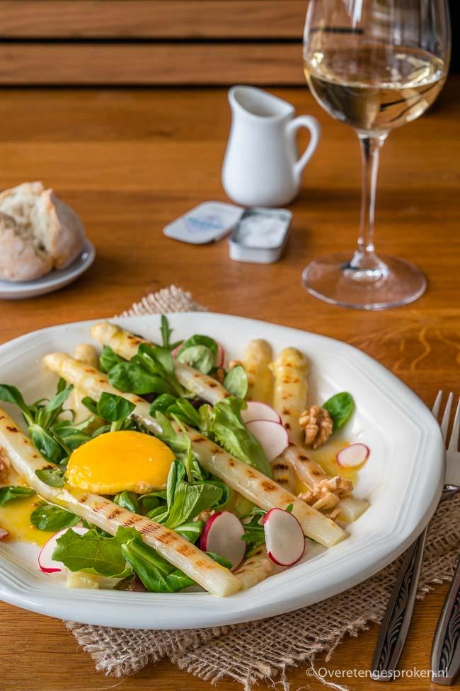 Aspergesalade met gebakken eidooier - Waanzinnig lekkere salade van gegrilde asperges. Bijzonder detail: met een zacht gebakken eidooier.