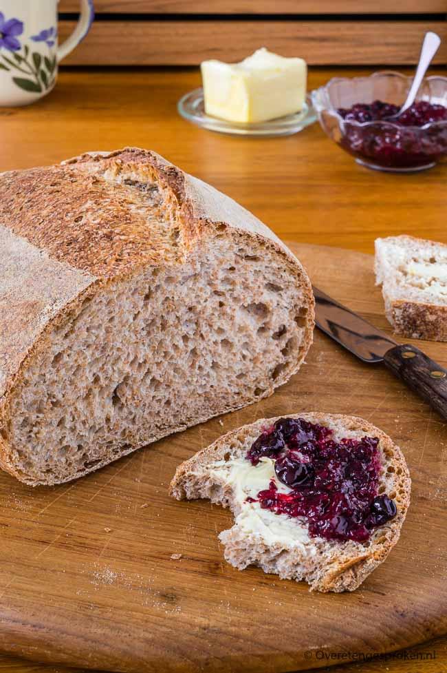 Bruin desembrood - Met dit recept bak jij voortaan ook luchtig en knapperig desembrood. Laat je niet langer tegenhouden en ga ook aan de slag.