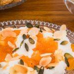 Labneh met abrikozenjam - Simpel maar o zo lekker en feestelijk hapje voor bij de koffie of thee. Wacht niet langer en laat nu nog de yoghurt uitlekken…