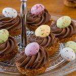 Paaskoekjes met ganache - Krokante koekjes met een heerlijke toef zacht smeltende chocolade en afgetopt met een dragee eitje. Deze koekjes wil je!