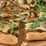 Pizza met pesto, oesterzwammen, brie en rucola - Fijne aardse smaken op een krokante bodem. Natuurlijk afgetopt met lekker veel Parmezaanse kaas.