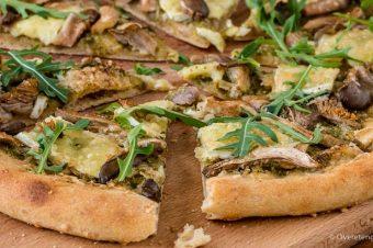 Pizza met pesto, oesterzwammen, brie en rucola