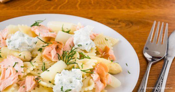 Pasta met asperges, gerookte zalm en ricotta
