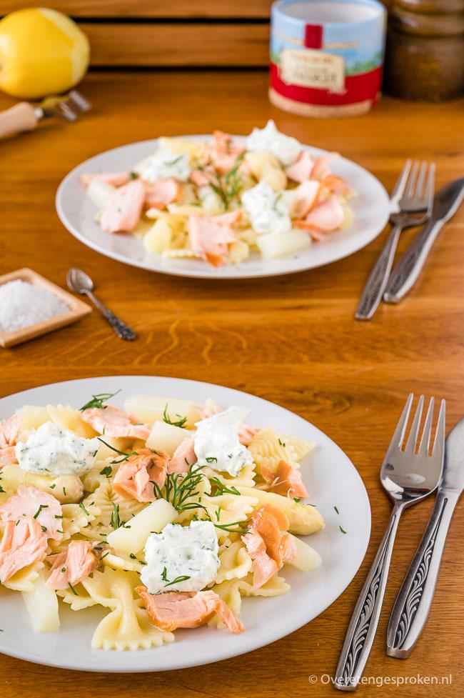 Pasta met asperges, gerookte zalm en ricotta - Smaakvol en mooi uitziend pastagerecht dat zowel warm, lauw als koud kan worden gegeten.