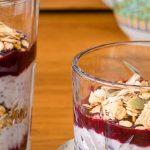 Voedzaam ontbijt met havermout en granola - Frisse en vullende overnight oats met chiazaad, vruchten en een schep granola voor een lekkere crunch.