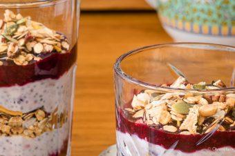 Voedzaam ontbijt met havermout en granola
