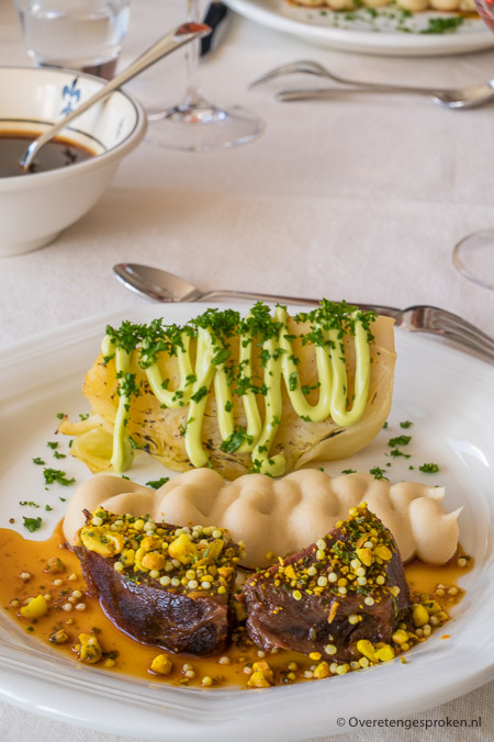 Kalfswang, jus van Madeira en spitskool gegaard in gebruineerde boter