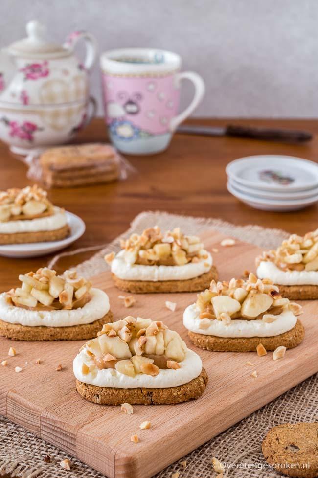 Snelle no bake mini banoffee pie - Krokante bodem, heerlijke karamel, zoete slagroom, stukjes banaan en crunchy stukjes hazelnoot. Deze wil je proeven