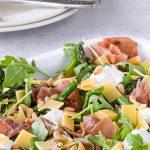 Salade met gegrilde groene asperges, serranoham, kaas en ricotta - Heerlijke salade vol knapperige groenten en een fijne hartige bite.