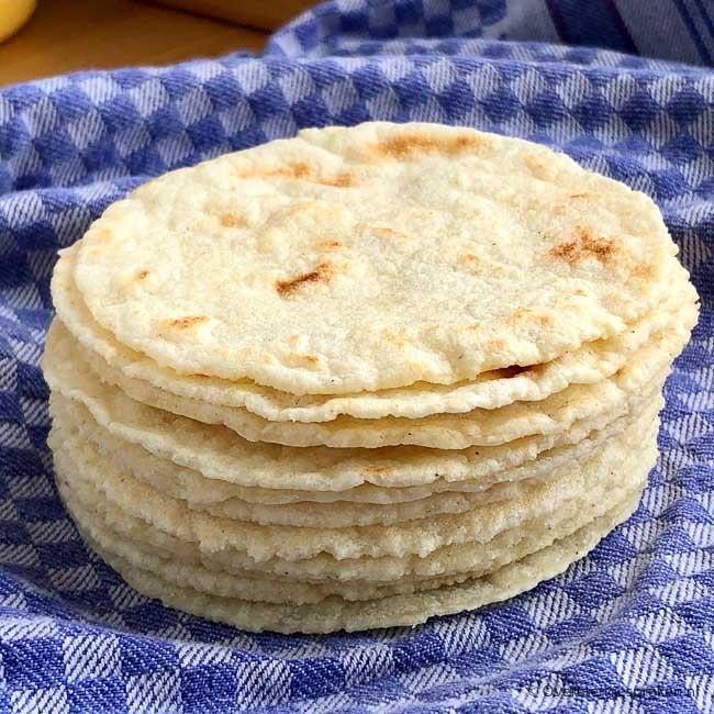 Homemade tortilla's - Met dit recept maak je heel eenvoudig zelf maistortilla's. Maismeel, water en een koekenpan is alles dat je nodig hebt.