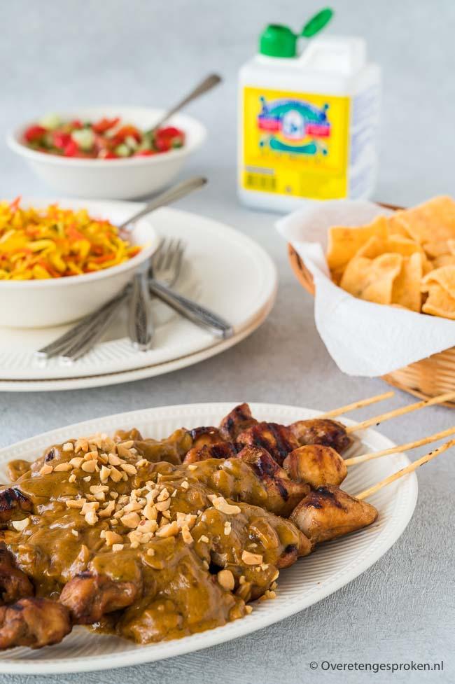 Snelle satésaus met pindakaas en soto kruiden - Smaakvolle satésaus die makkelijk en snel te maken is. Lekker pittig door een lepeltje sambal.