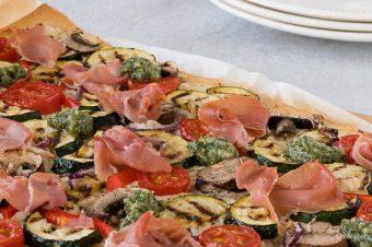 Plaatpizza met ricotta, pesto, mediterrane groenten en serranoham