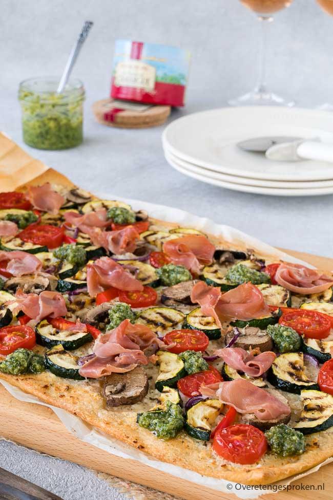 Plaatpizza met ricotta, pesto, mediterrane groenten en serranoham - Makkelijk, lekker en volop groente. Zo wil je iedere dag wel pizza eten!