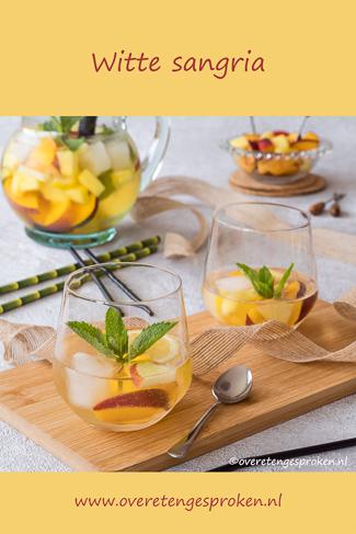 Witte sangria - Heerlijk fris door het verse fruit en de ijsblokjes. Perfect om van te genieten tijdens zwoele zomeravonden.