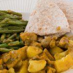 Roti met kip en ei - Heerlijk gerecht uit de Surinaams-Hindoestaanse keuken van kip, ei en aardappels in saus en geserveerd met plat brood.