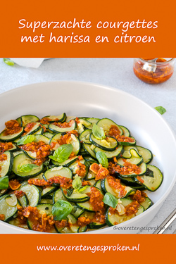 Superzachte courgettes met harissa en citroen - Simpel Ottolenghi gerecht met een explosie aan smaken. Zo wil je voortaan courgette eten.