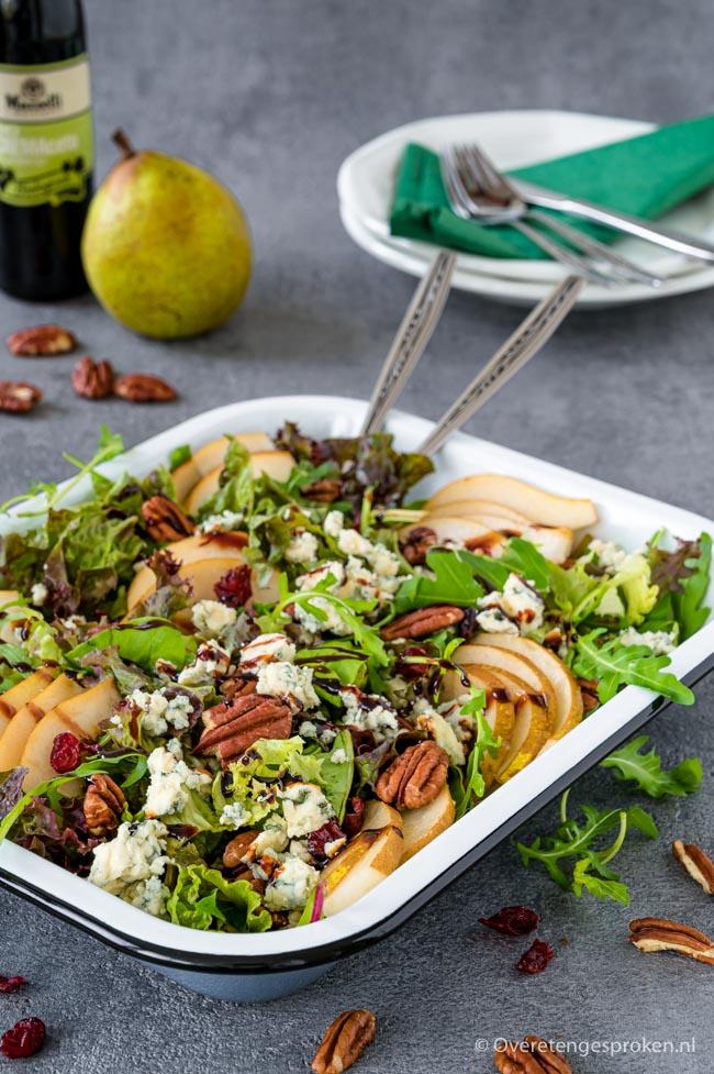Salade met peer, Danish blue en pecannoten - Simpel om te maken en staat zo op tafel. Een echte smaakmaker met slechts 6 ingrediënten.