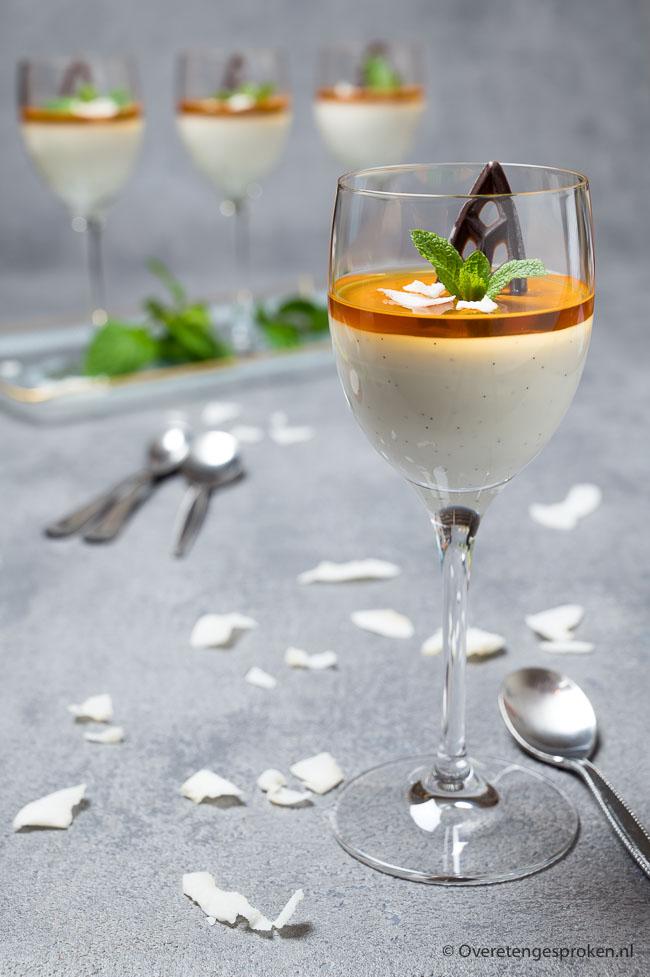 Kokos panna cotta - Romig en fluweelzacht dessert. Super feestelijk door het mooi gekleurde laagje roos, kardemom, peer en appel-gelei.