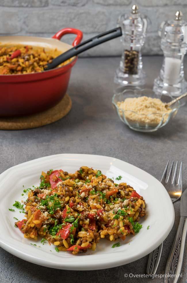 Orzo met linzen en geroosterde groente - Gezonde en voedzame maaltijd die makkelijk te bereiden is. Ideaal als doordeweekse maaltijd.