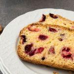 Cranberry cake - Fris en smeuïg met de bitterzoete ondertoon van cranberries. Mix de ingrediënten door elkaar en hup de cake kan in de oven.