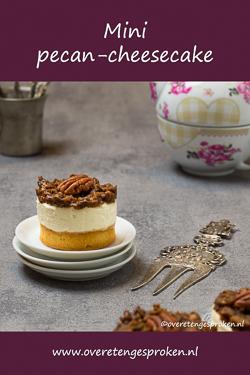 Mini pecan-cheesecake - Krokante tartelettebodems met de onweerstaanbare vulling van pecan-karamel en frisse cheesecake. Je wilt ze proeven!