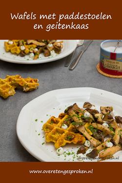 Hartige wafels met paddestoelen en geitenkaas - De aardse smaken van de paddestoelen combineren heerlijk met de wafels van linzenpuree.
