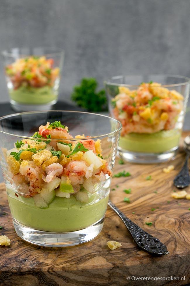 Avocadomousse met rivierkreeftjes - Feestelijk en smaakvol voorgerechtje. Super makkelijk te maken met verrassende ingrediënten.