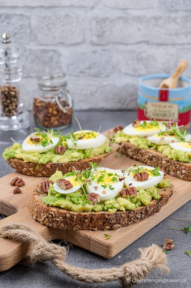 Toast met avocado, ei en noten - Gezond, lekker en snel te maken. Heerlijk als onbijt of lunch. Ook leuk bij een feestelijke lunch of brunch.