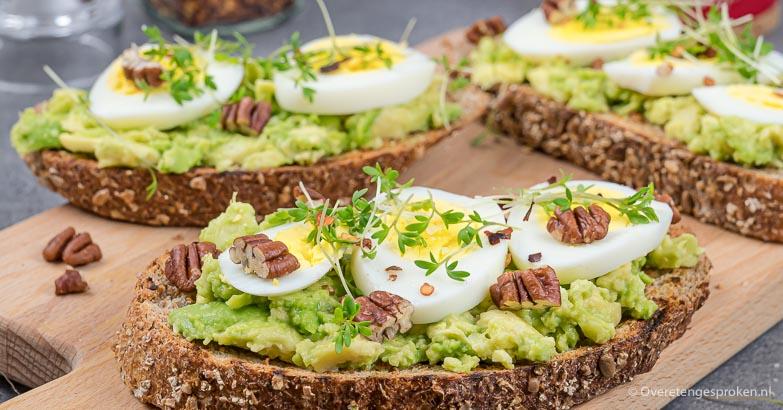 Toast met avocado, ei en noten