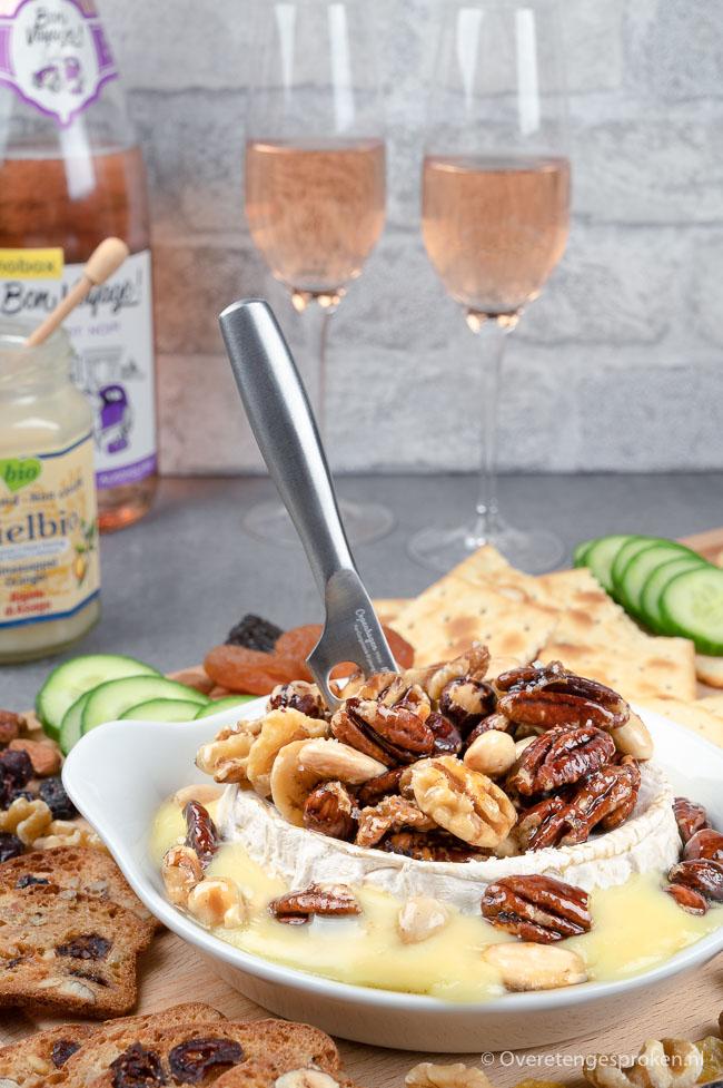 Warme camembert met honing en noten - Zachte kaas, zoete honing en crunchy noten: hét perfecte borrelhapje voor gezellige middag of avond.