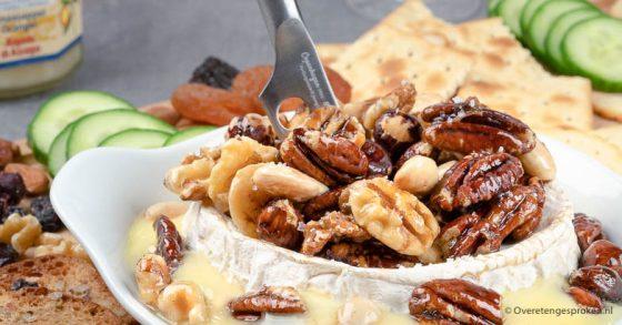 Warme camembert met honing en noten