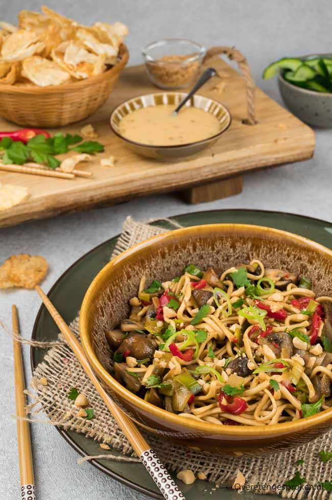 Roerbakgroente met noedels - Makkelijk noedel gerecht vol groenten. Extra lekker door het roerbaksausje met miso en zoete chilisaus.