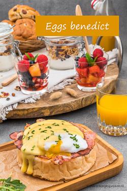Eggs benedict - Gepocheerd ei, uitgebakken bacon en een royale schep Hollandaise saus. Dit feestelijke ontbijtje wil je hebben...