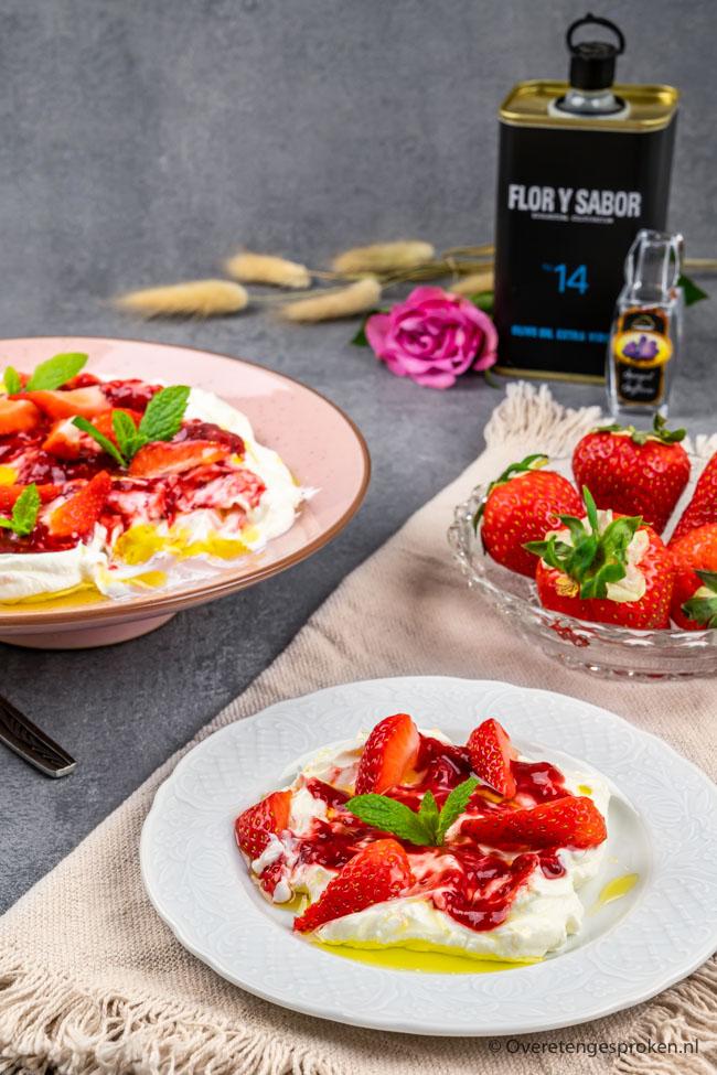 Labneh met aardbeien en een dressing van geïnfuseerde olijfolie - Fruitig, zoet en heerlijk romig. Dit verrassende dessert wil je proeven!