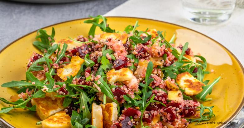 Quinoa met bietjes en halloumi - Vrolijke kleuren en een lekkere bite. Echt zo'n salade waar je nog een keer extra van opschept.