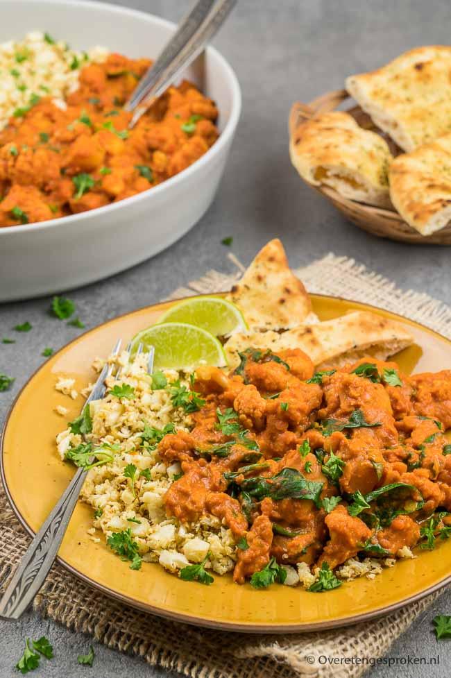 Rode curry met bloemkool en aardappel - Deze kleurrijke, smaakvolle en gezonde curry wil je proeven! Ga naar het recept en maak 'm snel...