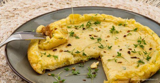 Schuimomelet met kaas en bieslook
