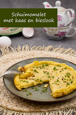 Schuimomelet met kaas en bieslook - Zacht en fluffy als een soufflé maar veel makkelijker om te maken. Maak deze omelet en geniet!