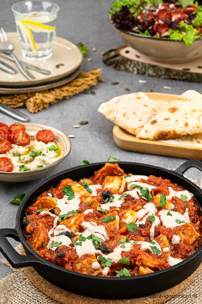 Halloumi met tomatensaus en tahin - Vegetarische variatie op een heerlijk recept van Ottolenghi uit SIMPEL. Je wilt het proeven!