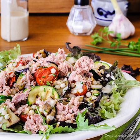 Maaltijdsalade met gegrilde groenten, parelcouscous en tonijn - Zomerse salade vol groenten. Lekker als avondmaaltijd maar ook prima geschikt als lunch.