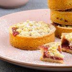 Aardbeien tartelettes - Heerlijke gebakjes met krokante kruimellaag. Inclusief handige hack om maar 1x deeg te maken. Maak ze ook en geniet!