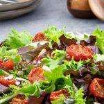 Frisse salade met gekonfijte tomaatjes - Gezonde en makkelijke salade die in een handomdraai op tafel staat. Lekker bij een kop soep.